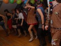 Indianin obok kowboja tańczą ramię w ramię:)